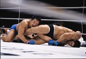 Daniel Gracie puxa o braço do Japonês, em foto de Susumu Nagao.